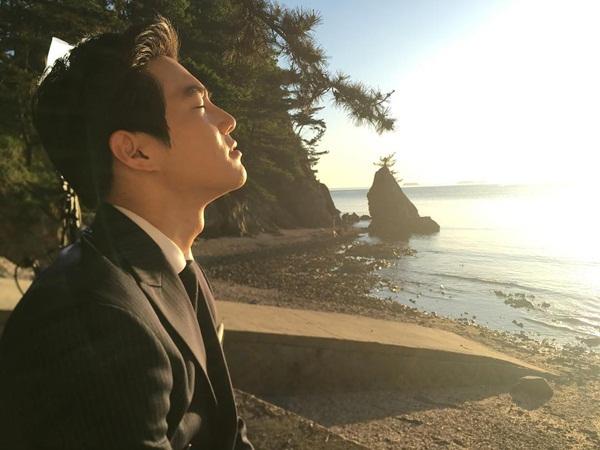 Su Ho (EXO) xài ké Instagram của bạn diễn Han Yeon Soo trên trường quay Rich Man Poor Woman. Anh chàng tạo dáng lãng mạn như một cảnh phim.
