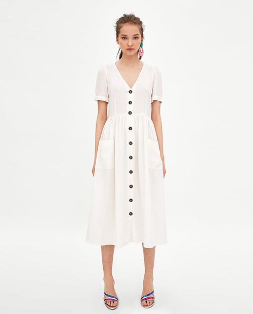 Váy cổ tim dài quá gối là một xu hướng nổi bật của mùa hè năm nay. Kết hợp cùng chất liệu thô mỏng nhẹ, mặc mà như không, hãng Zara đã tung ra mẫu váy màu trắng tinh khôi, đính khuy dọc vừa thanh lịch vừa đáng yêu. Chiếc váy này ngay lập tức trở thành item rất đắt khách trong mùa hè năm nay, tạo ra một xu hướng được các hãng thời trang bình dân đua nhau sản xuất theo.
