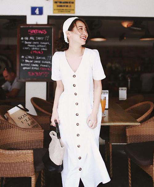 Màu trắng của chiếc váy giúp làn da của người mặc trông trắng sáng hơn. Hàng khuy dọc là điểm nhấn hiệu quả để chiếc váy dáng suông giữ được độ trẻ trung. Đây cũng là lý do chiếc váy midi này được hàng loạt hot girl yêu thích.