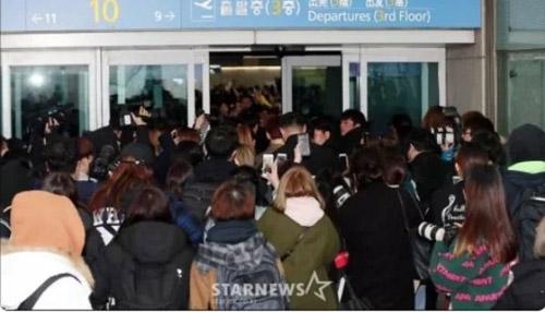 Đám đông bám theo Wanna One.