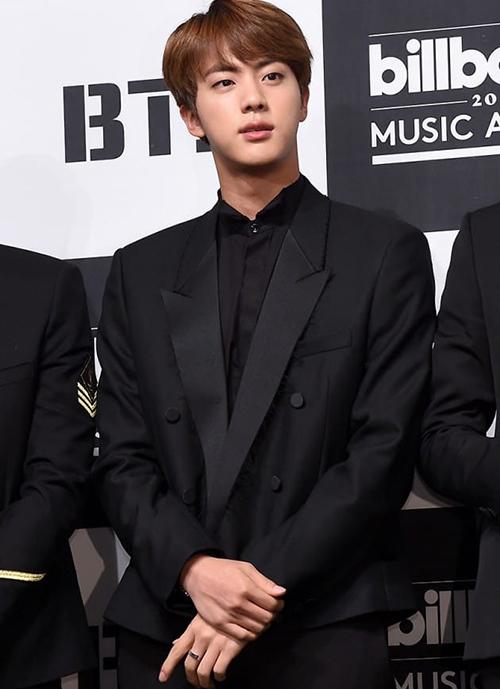 Jin tỏa sáng vởi đồ vest đen trong năm 2017.