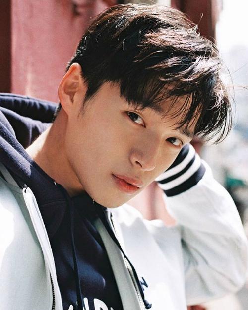 Ngay khi vừa ra mắt vào tháng 7/2017, MV Hôn anh của Min được nhiều bạn trẻ yêu thích nhờ giai điệu ngọt ngào, ca từ lãng mạn cùng hình ảnh đẹp mắt. Ngay lập tức, thông tin về nam chính có nụ cười tỏa nắng nhanh chóng được các cô gái tích cực săn lùng. Anh chàng có tên Park Chan Kyu, 24 tuổi, người mẫu tự do tại Hàn Quốc.