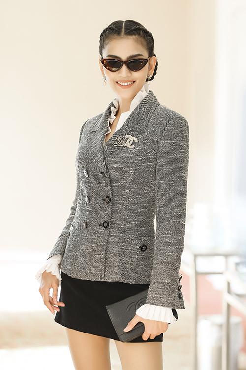 Trương Thị May cá tính với cách ăn mặc hiện đại, đeo mắt kính ngầu.