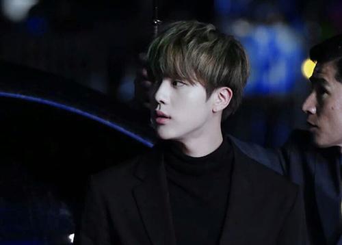 Jin giống như chàng hoàng tử bước ra từ truyện tranh.
