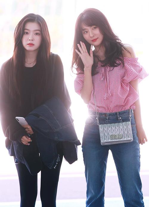 Sáng ngày 24/5, Red Velvet sang Nhật chuẩn bị kỳ quảng bá đầu tiên. Seul Gi xuất hiện với đúng chuẩn style mùa hè gồm áo hở mai kẻ caro, Irene lại hướng tới trang phục tối giản và mang theo cả áo khoác giữ ấm.