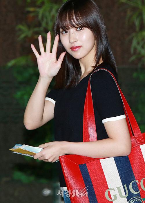 Mina khoe chiêc túi hàng hiệu Gucci giá lên tới 37 triệu đồng.