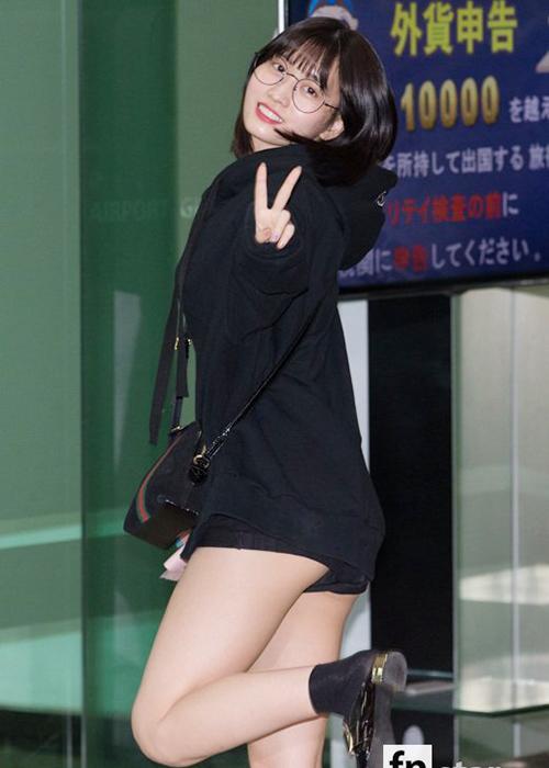 Momo vô tình hớ hênh khi mặc một chiếc quần quá ngắn khi ra sân bay.