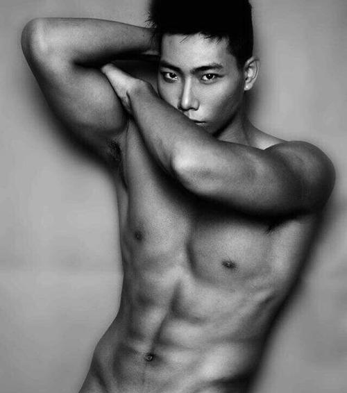 Hữu Long đạt giải vàng Siêu mẫu Việt Nam 2012, Á vương 1 Siêu mẫu nam thế giới - Man of the world 2017. Chàng mẫu cũng là một trong những gương mặt quen thuộc gắn liền với các show diễn của NTK Đỗ Mạnh Cường.