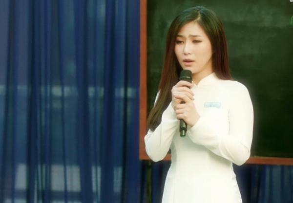 Hình ảnh Hương Tràm trong tà áo dài, tái hiện lại buổi biểu diễn văn nghệ trên sân khấu ngày bế giảng cấp ba trở nên thân thuộc.