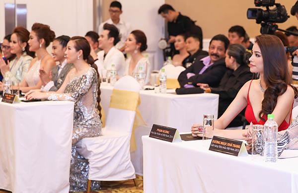 Hai người đẹp được sắp xếp ngồi khá gần nhau nhưng không phản ứng, phớt lờ như không quen biết nhau.