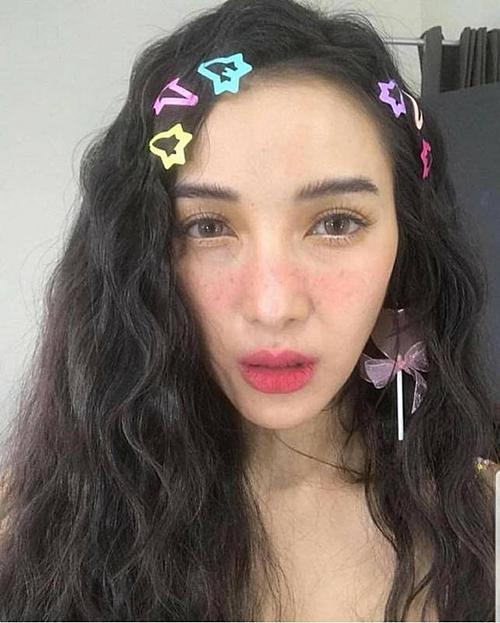 Ở Thái Lan, kẹp nhựa màu đang là món đồ xuất hiện nhan nhản trong những bức hình hàng ngày của các cô gái. Mái tóc quen thuộc giờ thêm sức sống nhờ món phụ kiện màu sắc nhí nhảnh.