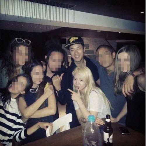 Hyo Yeon và bạn trai trong bữa tiệc.