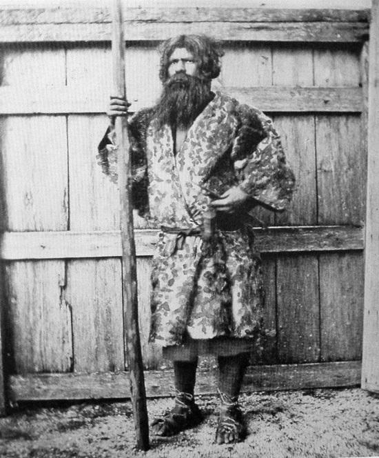 Một đại diện của người Ainu - người Nhật bản địa, năm 1880.
