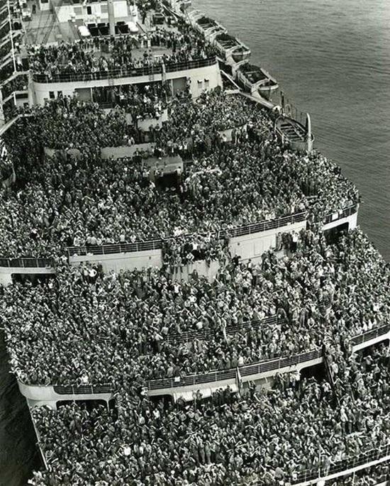 Tàu Queen Elizabeth đưa lính Mỹ về cảng New York cuối Chiến tranh thế giới thứ 2,1945.