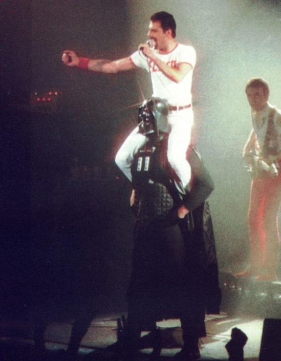 Freddie Mercury ngồi trên vai Darth Vader, năm 1980.