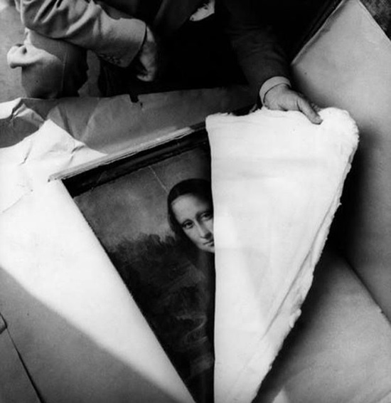 Khoảnh khắc mở bức tranh Mona Lisa sau nhiều năm bị lính Đức giấu từ năm 1939, 1945.