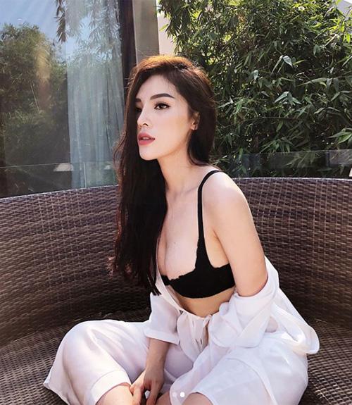 Mới đầu hè, Kỳ Duyên đã liên tục tung hình đồ tắm nóng bỏng đốt mắt khán giả. Hoa hậu liên tục vi vu khắp các khu nghỉ dưỡng sang trọng ở Việt Nam.