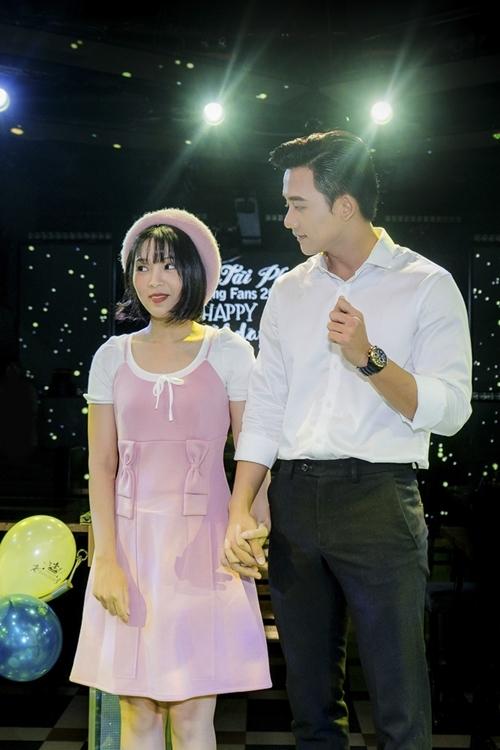 Mai Tài Phến nắm tay bạn gái màn ảnh trước cả trăm fan - 3