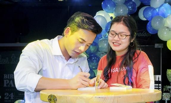 Mai Tài Phến nắm tay bạn gái màn ảnh trước cả trăm fan - 7