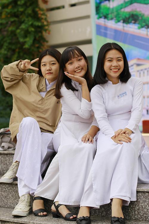 Các bạn nữ sinh lớp 12 xinh tươi trong tà áo dài thướt tha.