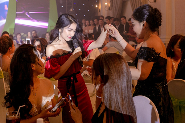 Hòa Minzy biểu diễn sung khi xuống tận nơi để giao lưu cùng khán giả. Cô bị các fan kéo nhau xin pose hình, nắm tay nhảy múa.
