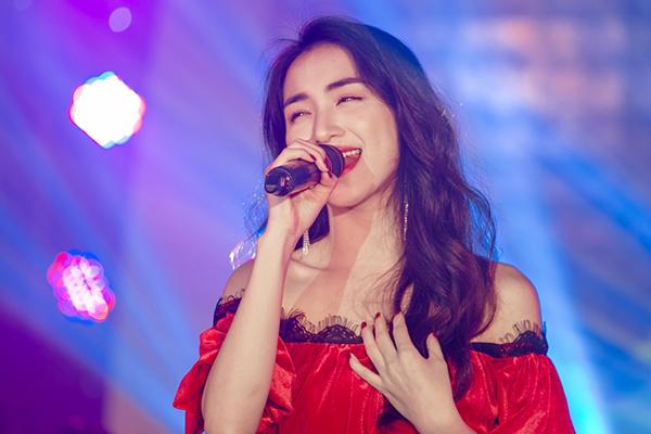 Nữ ca sĩ dành tặng cho khán giả món quà là combo 3 bài hát thuộc các thể loại khác nhau Tìm một nửa cô đơn (ballad), Ăn gì đây (dance), Tàu anh qua núi (nhạc truyền thống - cách mạng).