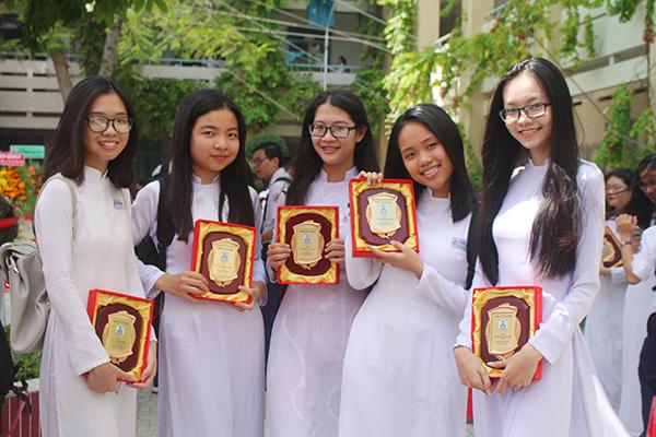 Nhiều teen nét mặt rạng rỡ khi được trao thưởng. Năm học qua, THPT Phú Nhuận gặt hái được rất nhiều thành tích cao trong các cuộc thi Học sinh giỏi cấp Thành phố, Olympic 30/4, Robot...
