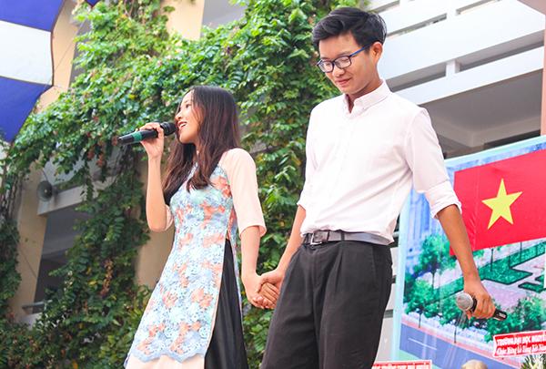 Mở đầu là tiết mục hát đến từ CLB Văn Nghệ của trường (PNY) mang đến không khí thêm phần vui tươi, hân hoan cho buổi lễ.