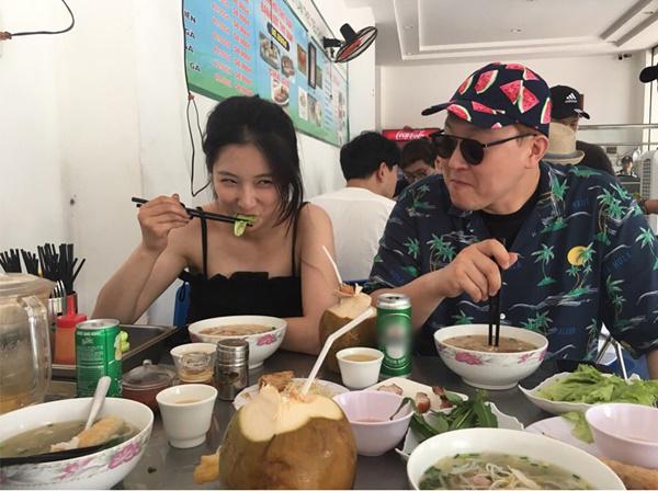 Son Ji Hyun cười tít mắt thưởng thức món phở trong quán bình dân ở Đà Nẵng.