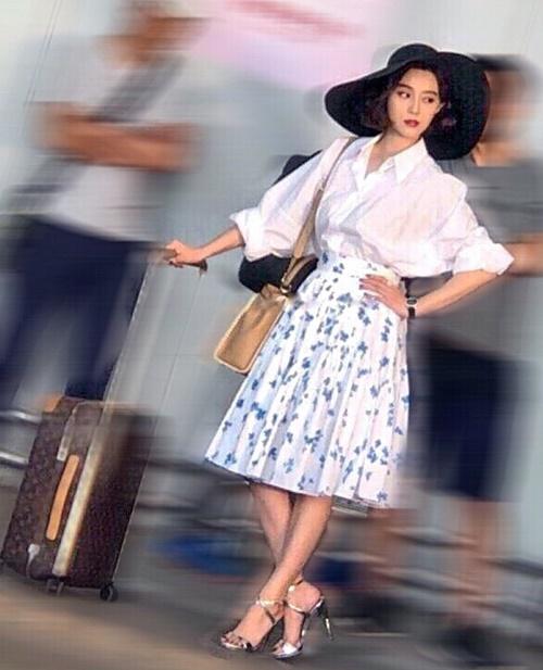 Một người dùng mạng Weibo chia sẻ bức ảnh chụp Phạm Băng Băng từ xa này và liên tục khen ngợi nữ diễn viên ngoài đời vô cùng xinh đẹp, có khí chất, mặt nhỏ, da trắng.