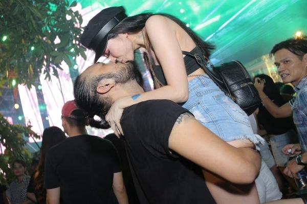 Các cặp đôi tận hưởng giây phút hạnh phúc khi quẩy giữa đêm nhạc.