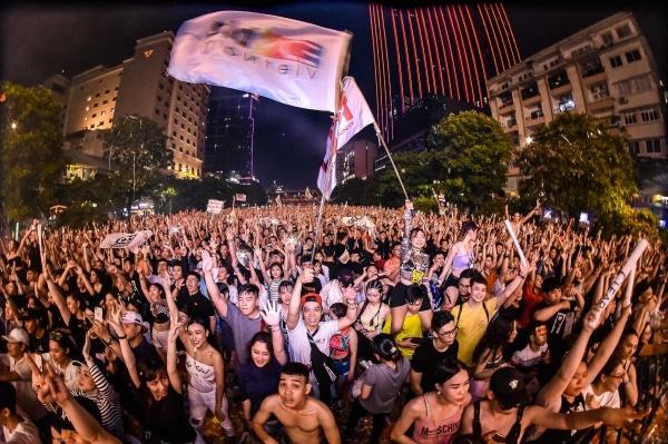 Tối 26/5, đại nhạc hội âm nhạc điện tử diễn ra trên phố đi bộ Nguyễn Huệ hút cả chục nghìn bạn trẻ tham dự. Sự kiện quy tụ nhiều DJ đình đám thế giới với những bản hit quen thuộc.