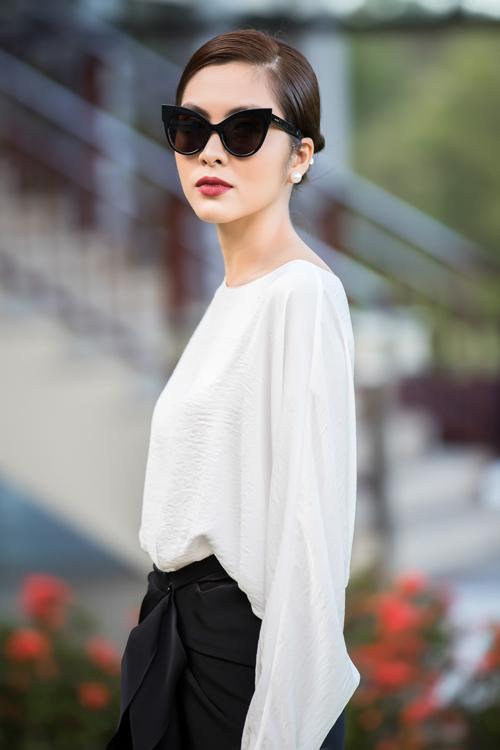 Nữ diễn viên xuất hiện đầy cuốn hút với trang phục có hai màu sắc trắng, đen tương phản được đích thân NTK Đỗ Mạnh Cường chuẩn bị. Thiết kế kết hợp giữa chiếc áo phom rộng có phần tay bất đối xứng kết hợp cùng chân váy với những nếp gấp điệu đà, nữ tính ở chính diện.