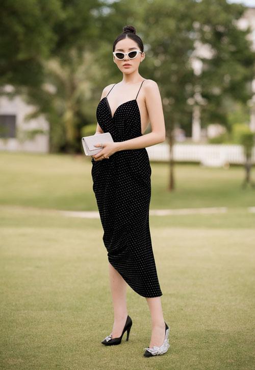 Cô phối váy cùng với giầy lấp lánh có giá 50 triệu đồng của thương hiệu Balenciaga. Hiện tại Kỳ Duyên đang là gương mặt rất nổi bật của làng mốt Việt, cô được xem là nữ hoàng vedette trên sàn diễn thời trang của năm 2017.