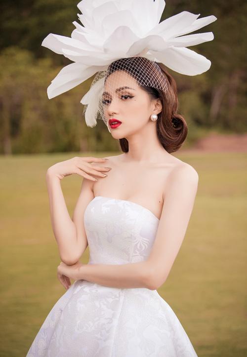 Hương Giang diện đồ cầu kỳ theo phong cách cổ điển với váy quây vải gấm cùng mũ hoa cài đầu khổng lồ.