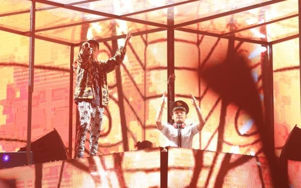Không khí của chương trình được làm nóng hơn khi DJ điển trai Huy DX xuất hiện. Nam DJ có những phần trình diễn đốt cháy sân khấu, cùng với hiệu ứng màn hình leds và pháo dây kim tuyến khiến không gian như một bữa tiệc đầy màu sắc.