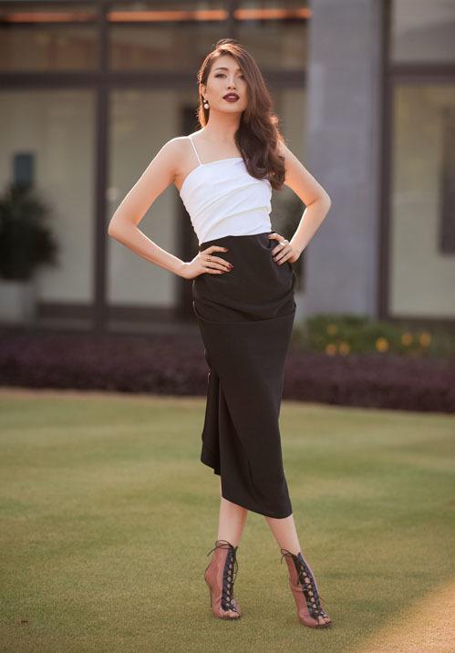 Á hậu Lệ Hằng chọn váy với hai tông trắng đen cùng những đường bèo nhún nữ tính.