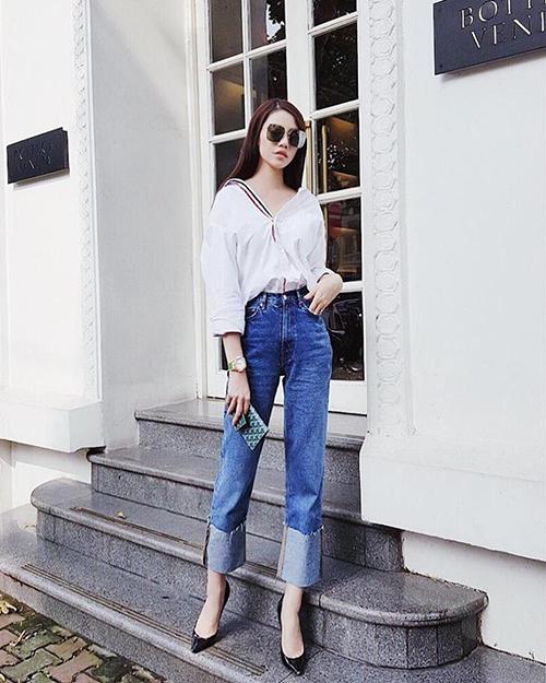 Con nhà giàu Jolie Nguyễn tuần này chọn diện một bộ cánh khá đơn giản khi ra phố. Sơ mi tay dài cùng quần jeans giúp cô nàng trông vẫn thời thượng mà không lo bị bắt nắng.