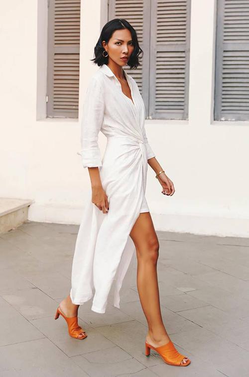 Minh Triệu tôn làn da rám nắng sexy với bộ váy quấn màu trắng. Chi tiết xẻ tà giúp chiếc váy dài không bị nặng nề.