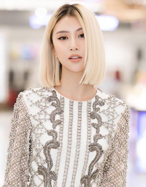 Trong một sự kiện gần đây, Quỳnh Anh Shyn khoe diện mạo đẹp như gái Tây với kiểu tóc mới toanh. Cô nàng cắt tóc ngắn ngang vai, nhuộm màu vàng bạch kim nổi bần bật. Phần chân tóc được Quỳnh Anh Shyn nhuộm màu nâu đen nổi bật.