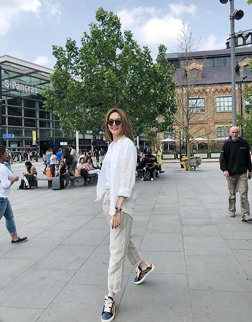 Thiều Bảo Trang nhí nhảnh trên đường phố London.