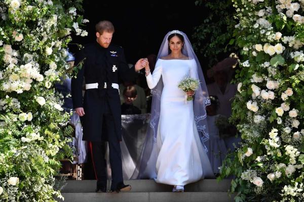 Khoảnh khắc chú rể Harry dắt cô dâu bước ra khỏi cổng nhà nguyện. Ảnh: Ben Stansall/AFP/Getty Images.