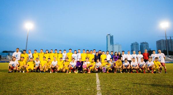 Mặc dù FC Music thua sớm nhưng không tỏ ra nao núng, nhạc trưởng Vũ Minh Hiếu vẫn là linh hồn trong lối chơi của các nghệ sĩ khi mọi đường bóng đều thông qua anh.