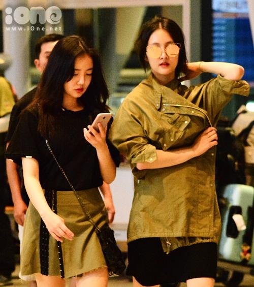 Nữ diễn viên đi cùng Moon Ji In.