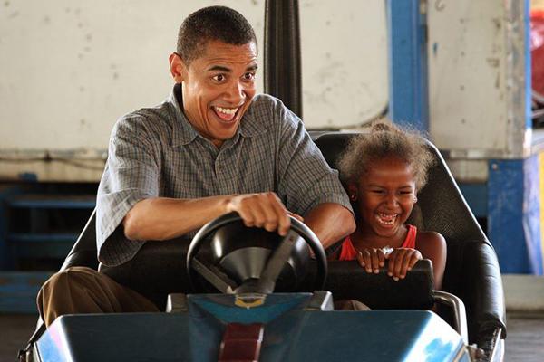 Ông Obama chơi đùa cùng con gái.