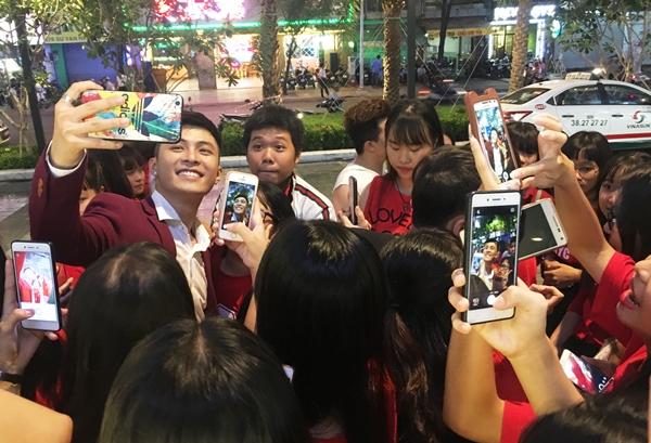 Sau khi biểu diễn xong, Gin Tuấn Kiệt bị fan vây quanh xin chụp hình. Anh chàng đã cố tìm cách thoát khỏi đám đông nhưng vẫn bị nhiều người đeo bám, chạy theo ra tận xe.