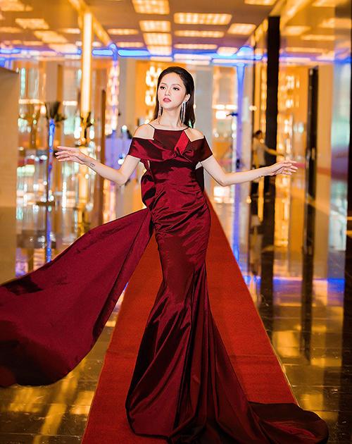 Cách tạo dáng tung cánh cũng rất hợp với những bộ váy có phần tà sau, khi hất váy lên rất chuẩn phong thái của nữ hoàng.