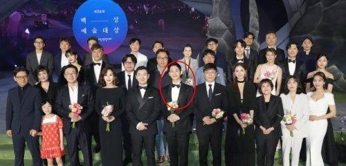 Jung Hae In chiếm vị trí trung tâm của tiền bối.