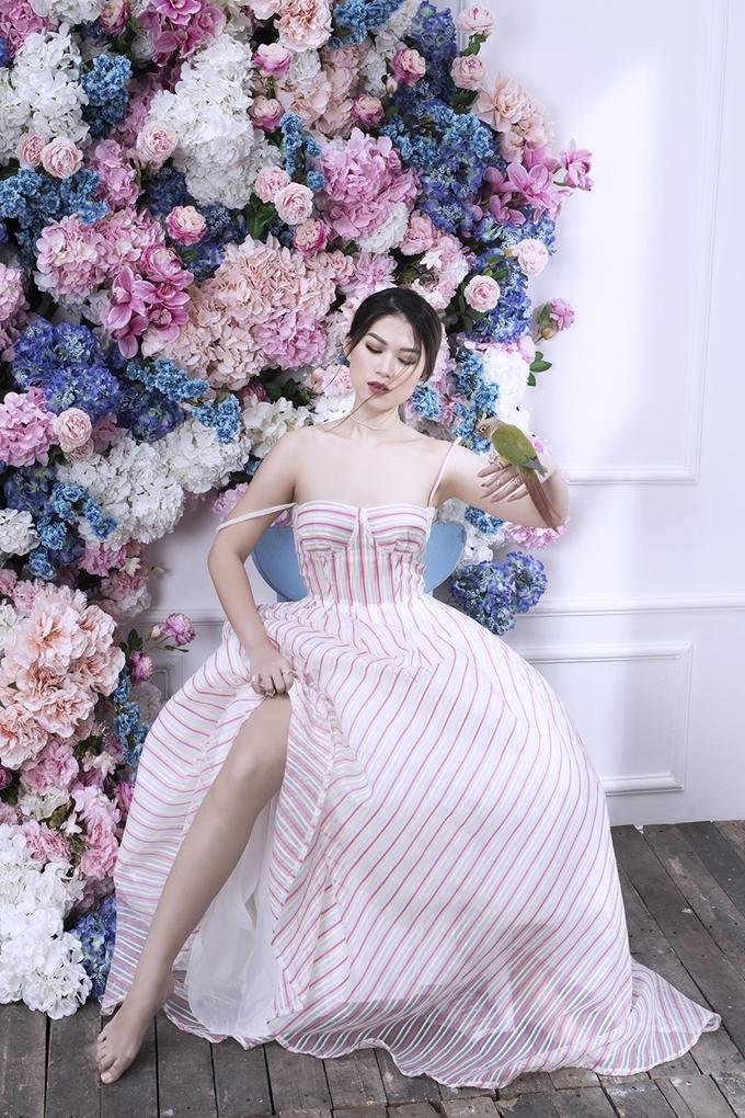 <p> Những bộ đồ màu pastel nhẹ nhàng hay đầm mang màu sắc rực rỡ giúp cô nàng có sự biến hóa đa sắc màu hơn.</p>