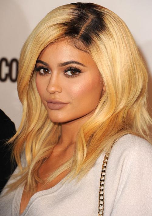Xu hướng nhuộm tóc màu nổi kết hợp cùng chân tóc tối màu đối lập vốn được chị em nhà Kardashian áp dụng nhiệt tình, trong đó người lăng xê tích cực nhất là Kylie Jenner.